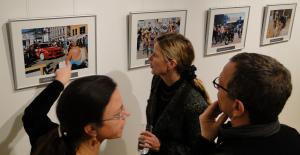 Besucher im Gespräch Foto Rolf Dvoracek