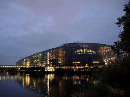 Das Euro-Parlament – in den Sitzungstagen bis nachts beleuchtet.